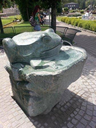 Minimundus: питьевой фонтан- поцелуй лягушку