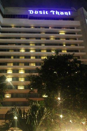 Dusit Thani Manila: Hotel facade