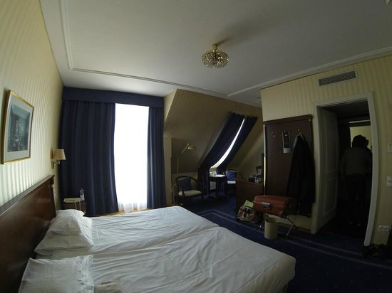Hotel Ambassador: где-то там за углом за вешалкой стоит телевизор