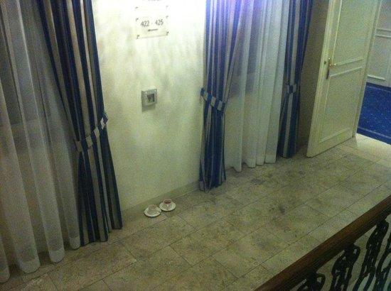 """Hotel Ambassador: """"сервис"""" - эти чашки стоят возле лестницы весь день"""