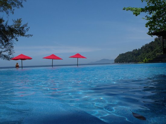 Bunga Raya Island Resort & Spa : Pool area (the 3 red umbrellas are actually on the beach)