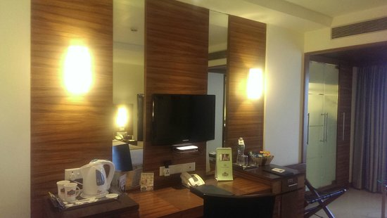 Country Inn & Suites By Carlson - Ahmedabad: Writing Desk