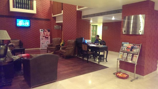 Country Inn & Suites By Carlson - Ahmedabad: Lobby Level Seating Area