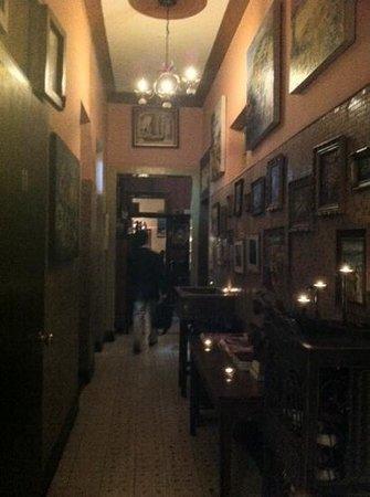 The HOUSE 1: 雰囲気ある廊下