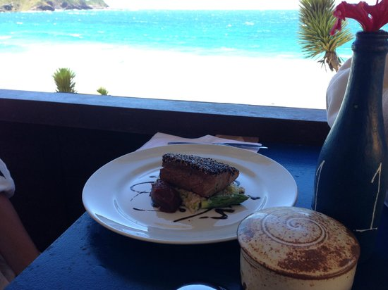 Rocka Beach Lounge & Restaurant : The view and the tuna steak