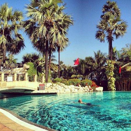 Taj Lands End : Pool view