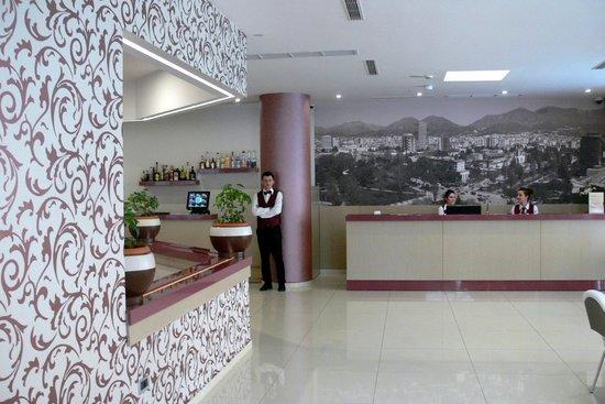 Sky 2 Hotel: Reception & Bar