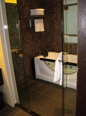 Hotel Sixty3: Bathtub