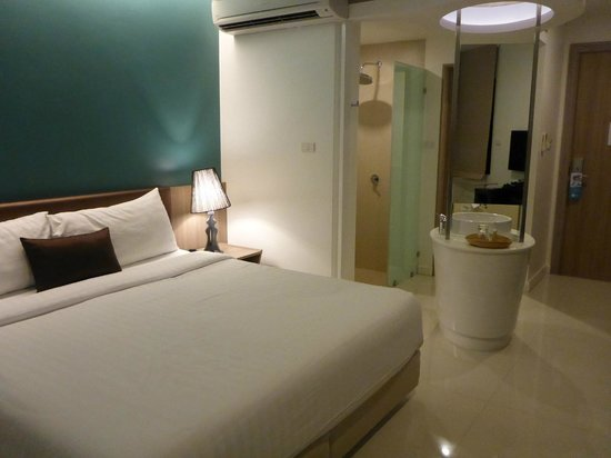 The Pago Design Hotel Phuket: Large comfy bed!