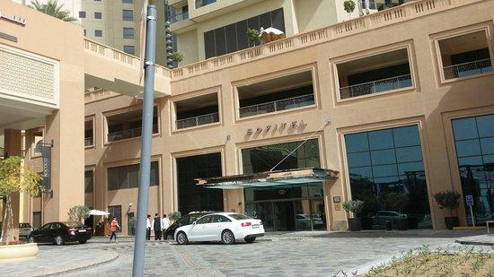 Sofitel Dubai Jumeirah Beach: Hotel entrance