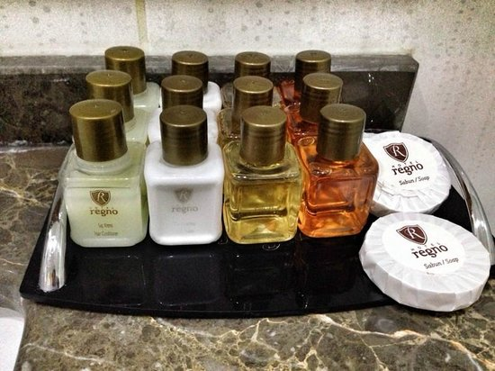 Hotel Regno : Бутылочки в ванной комнате.