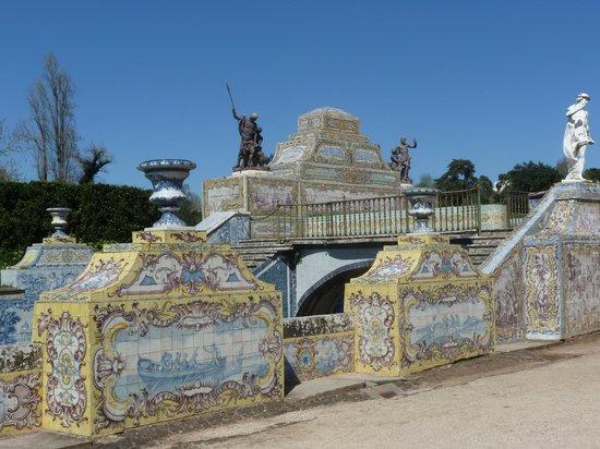 National Palace of Queluz: Los bonitos azueljos decoran el canal navegable