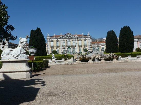 National Palace of Queluz: La fachada posterior con su amplio jardín