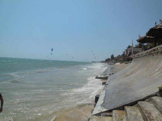 Green Hill Resort & Spa: пляж напротив отеля