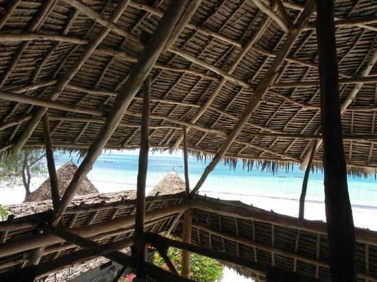 Mvuvi Resort: Panorama spiaggia dal Ristorante