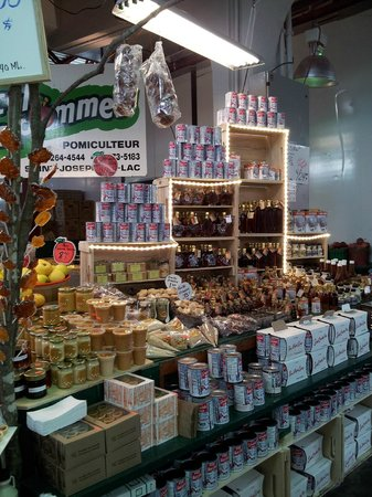 Mercado Jean-Talon: Local Maple Syrup Product Display