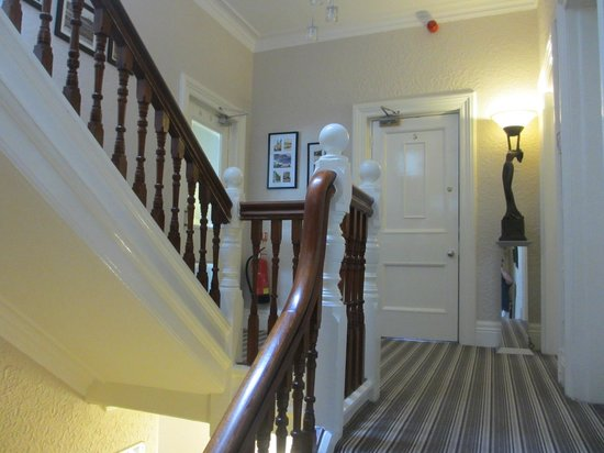 The Clontarf Hotel: Stairs from reception hall to rooms