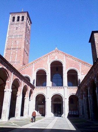Basilica di Sant'Ambrogio: Facciata
