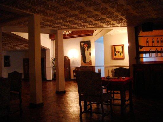 Les Hautes Terres Hotel: salle a manger et coin piano au fond