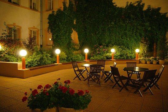 Reytan Hotel: Patio