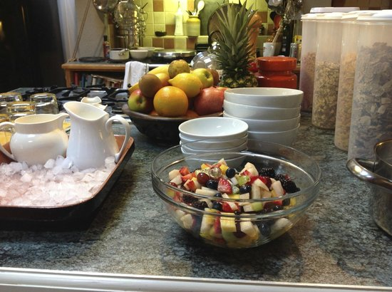 Beech Cottage B&B: 7+ fruits salad made while you are in the shower:)