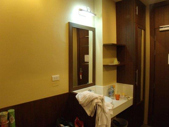 iCheck Inn Silom: entré de la chambre avec l avabot