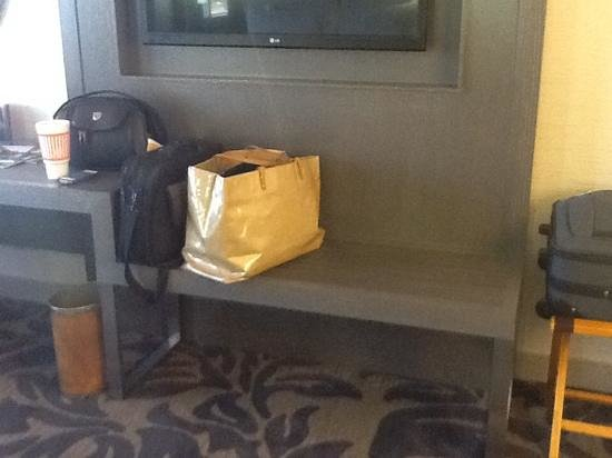 Little Rock Marriott: the bench area for sitting or luggage room 1817