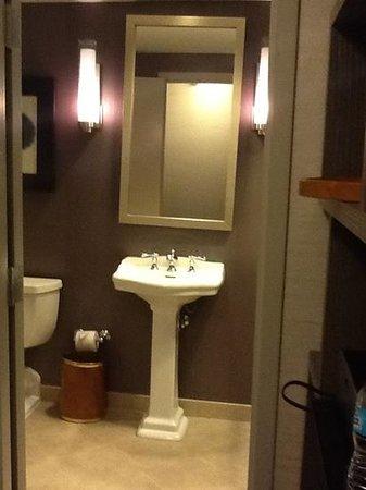 Little Rock Marriott: bathrom in room 1817