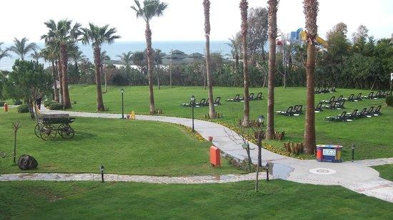 Alva Donna Beach Resort Comfort: Дорога к морю