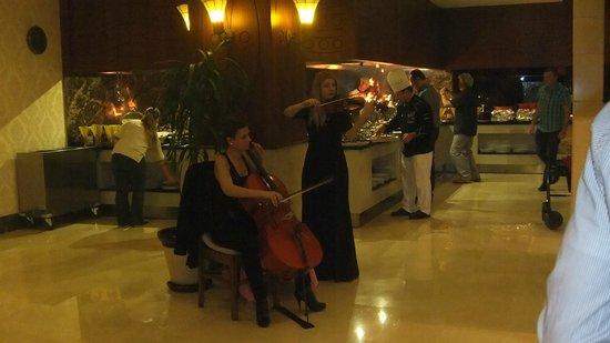 Alva Donna Beach Resort Comfort: Живая музыка в ресторане 8 марта