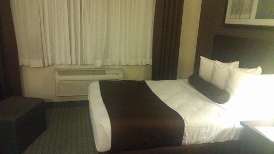 Coast Lethbridge Hotel & Conference Centre : Room interior