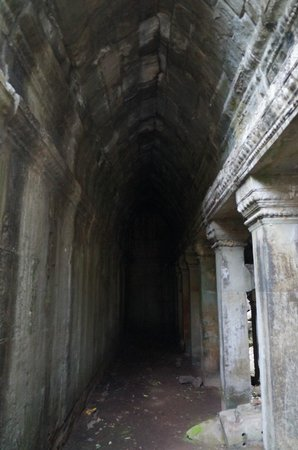 Beng Mealea: Wow! Intact gallery with smooth corbelled arches!