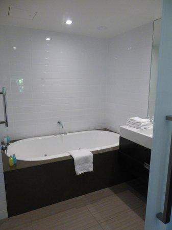 The George Christchurch : spa bath