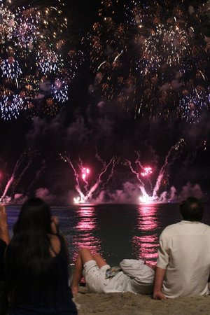 Outrigger Waikiki Beach Resort : We watched the Honolulu Festival fireworks right on the beach in front of hotel!