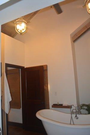 Mayoka Boutique Hotel : Beautiful bathroom with huge claw foot tub