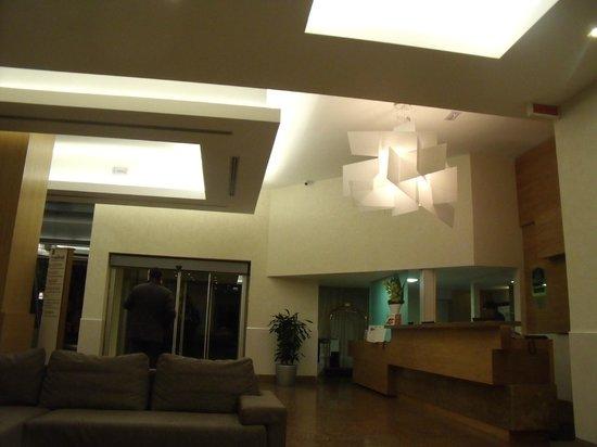 BEST WESTERN Hotel President: foyer at night