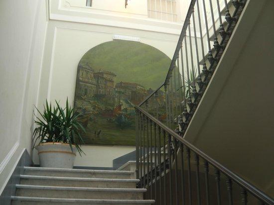 Selene Style Hotel: descer pelas escadas é uma grata surpresa, com estas pinturas nas paredes.
