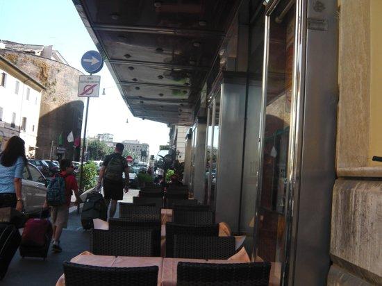 Selene Style Hotel: bem ao lado, restaurantes a escolher; boa pedida para um drink e petiscos antes de ir dormir.