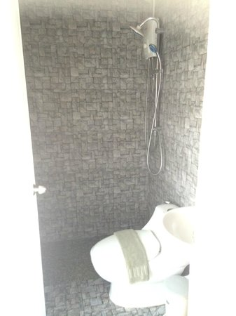 Limburi Hometel: Bathroom - Unfortunately no bathtub, but shower spray was large enough to be very satisfying