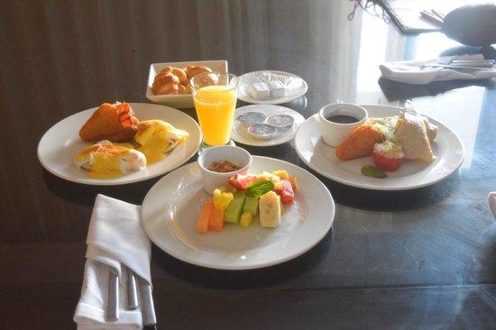 Azul Beach Resort The Fives Playa Del Carmen: Room service breakfast