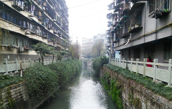 Nice House Hostel: Canal outside the hostel