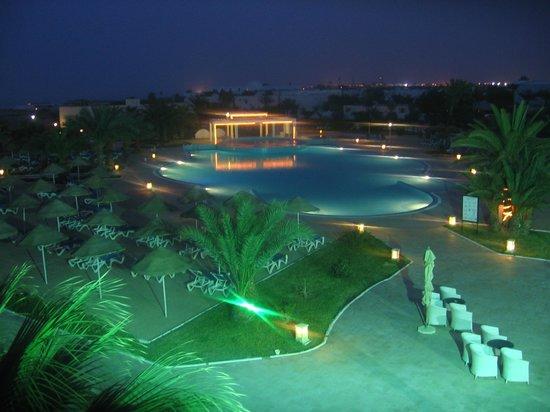 Palais des Iles Djerba Resort : espace piscine ext de nuit