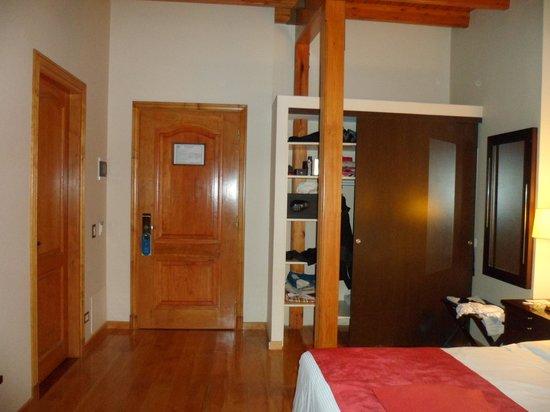 Alma del Lago Suites & Spa: puerta de ingreso y del baño