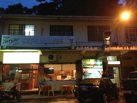 Kinabalu Backpackers Lodge: In front of the hostel