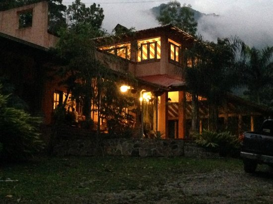 La Villa de Soledad B&B: Evening view of our Lobby and Porch
