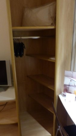 Ibis Budapest Centrum : Sufficient closet space