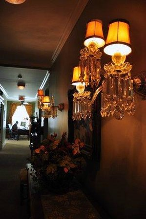 Maplewood Hotel: hallway lighting