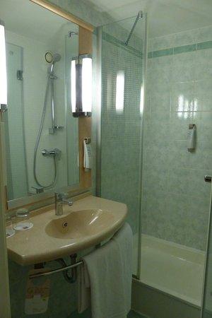 Ibis Budapest Centrum: Ibis Bathroom