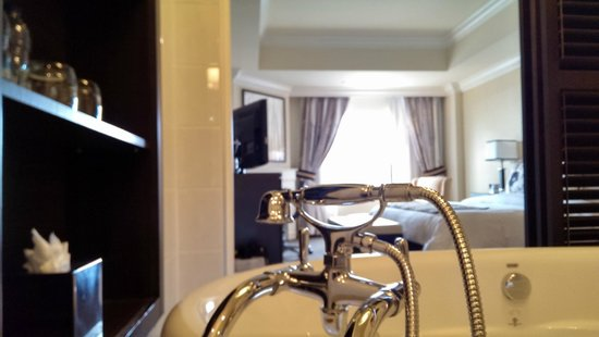 Le St-Martin Hotel Particulier Montreal: Room 1501, view from soaking tub