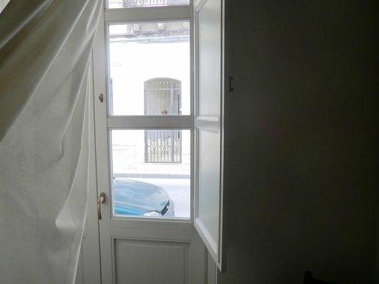 Hotel Sbarcadero: Porta/finestra che affaccia sulla strada